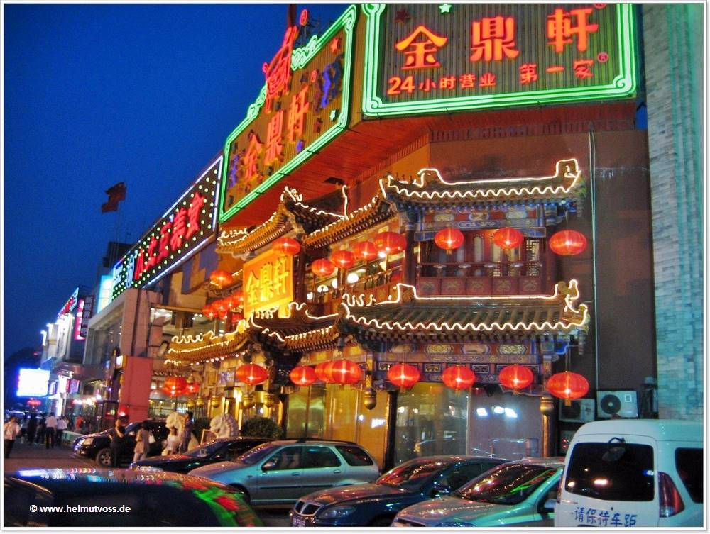 China / China / Peking - Hepingmen Quanjude Roast-Duck Restaurant,  全 聚 德 , Wangfujing - Běijīng, Dong An Men-Avenue, Wángfǔjǐng, Wangfujing shopping streets, 王府井